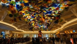 hotel színes üveg polipokkal a plafonján